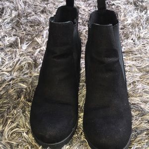 Shoes - Comfortable black  heel boots